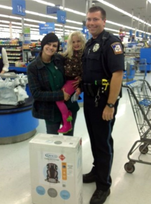 Alexis DeLorenzo, her daughter, officer Ben Hall, and the car seat Hall bought
